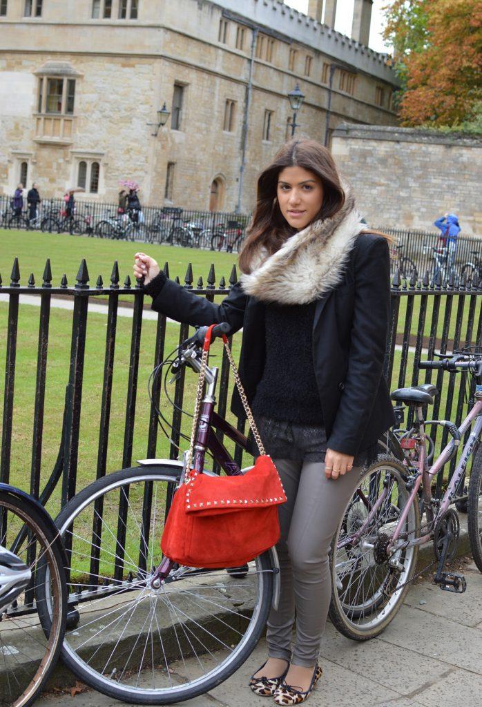 Образ с красной замшевой сумкой
