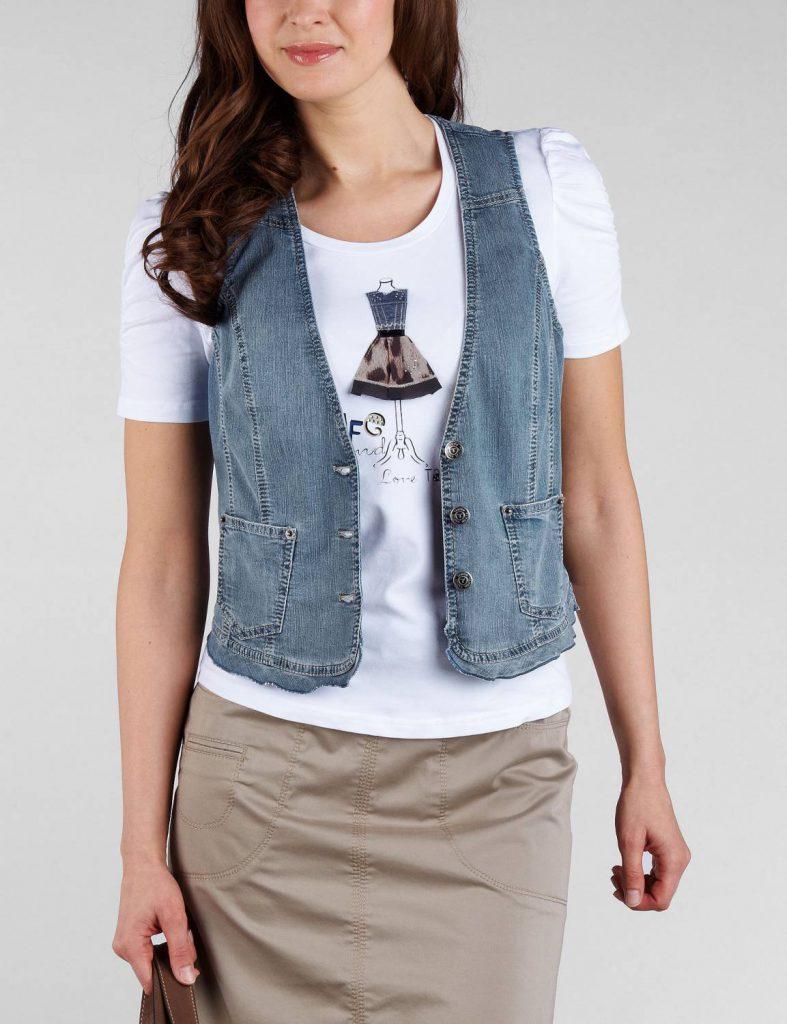 Джинсовая жилетка с белой футболкой и бежевой юбкой