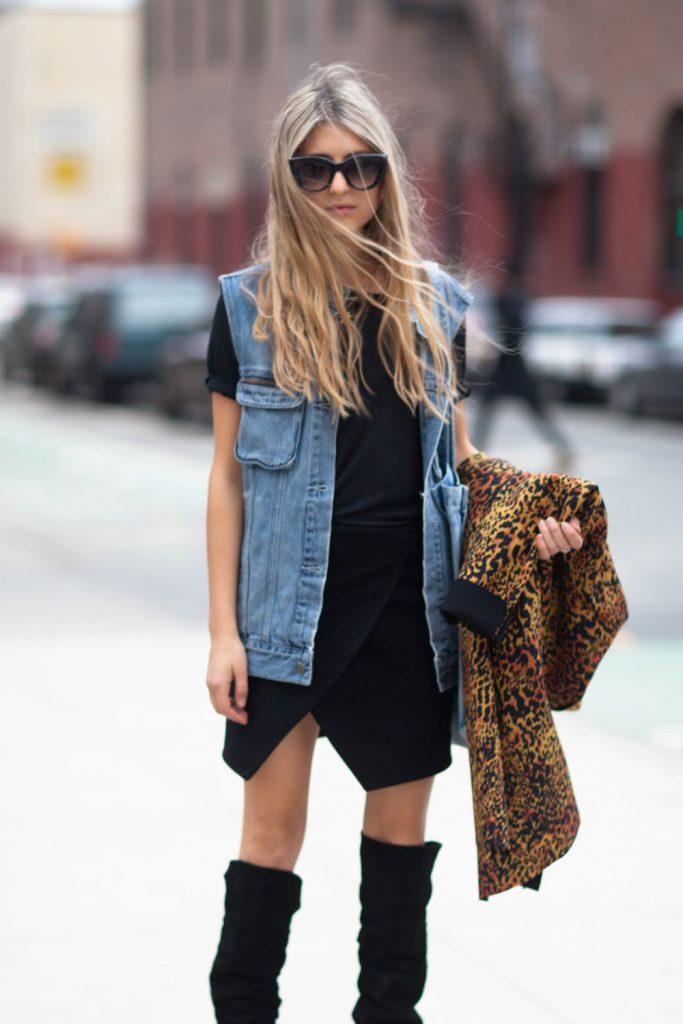 Удлиненная джинсовая жилетка с черным платьем