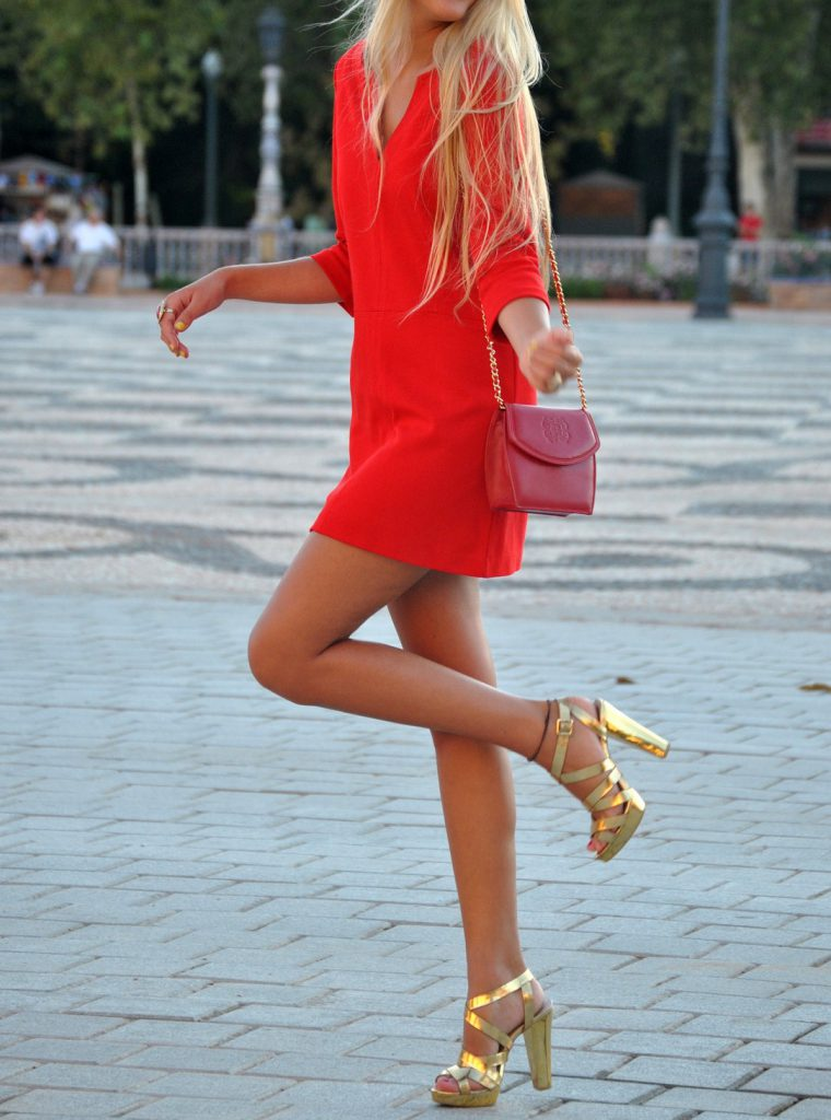Золотые туфли на толстом каблуке с красным платьем
