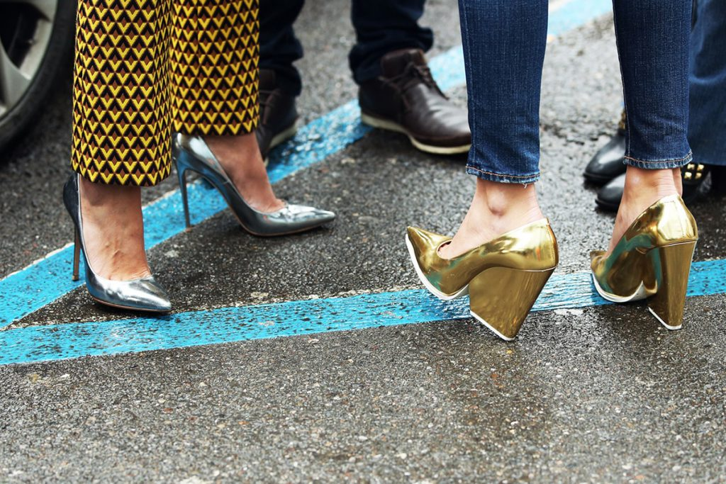 Золотые туфли с необычным каблуком