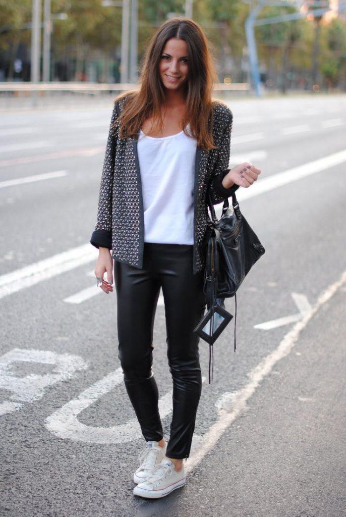 Белая футболка с черными кожаными брюками