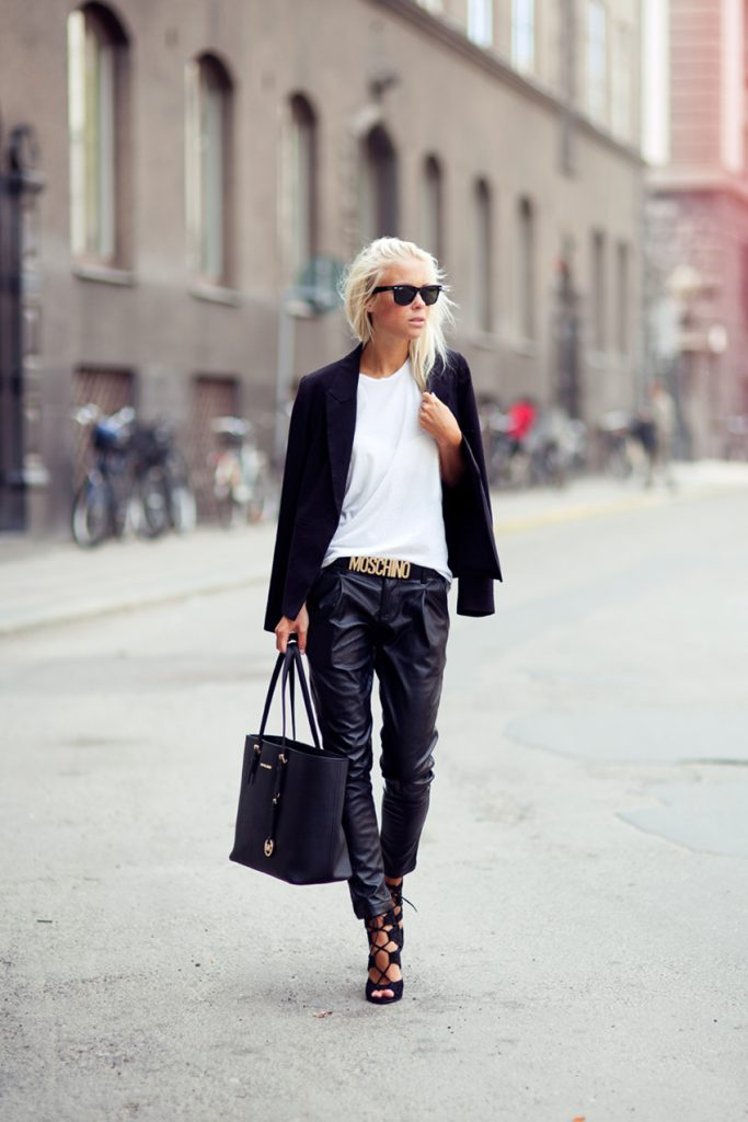 Белая футболка с черными брюками и жакетом