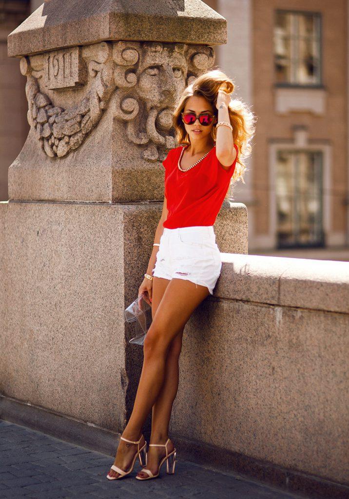 Бежевые босоножки с белыми шортами и красным топом