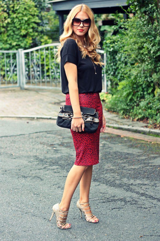 Бежевые босоножки с красной юбкой и черной блузкой