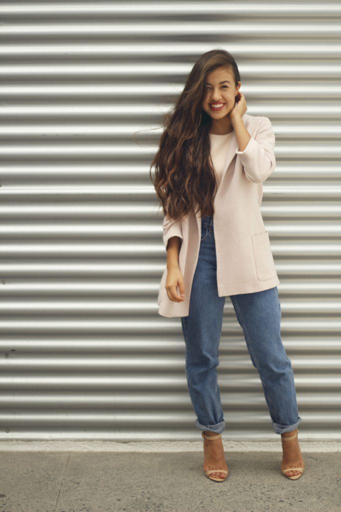 Бежевые босоножки с джинсами и бежевым жакетом
