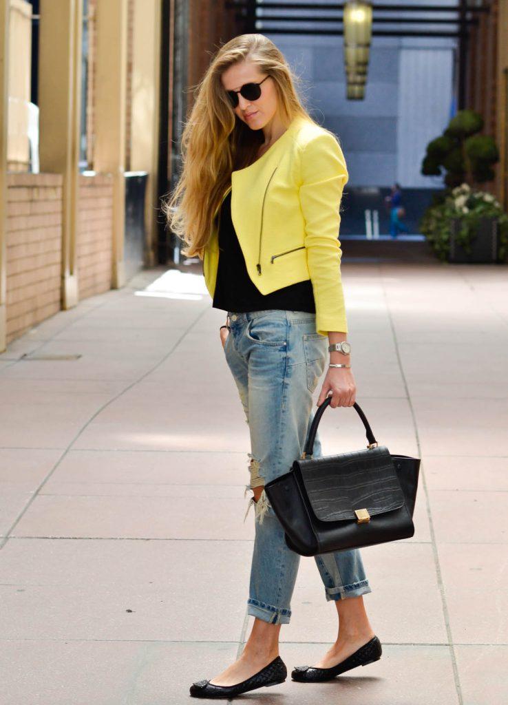 Черные балетки с джинсами и желтым жакетом