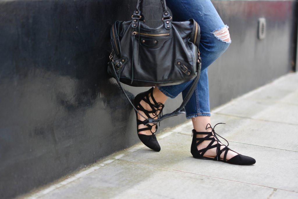 Модные черные балетки с джинсами