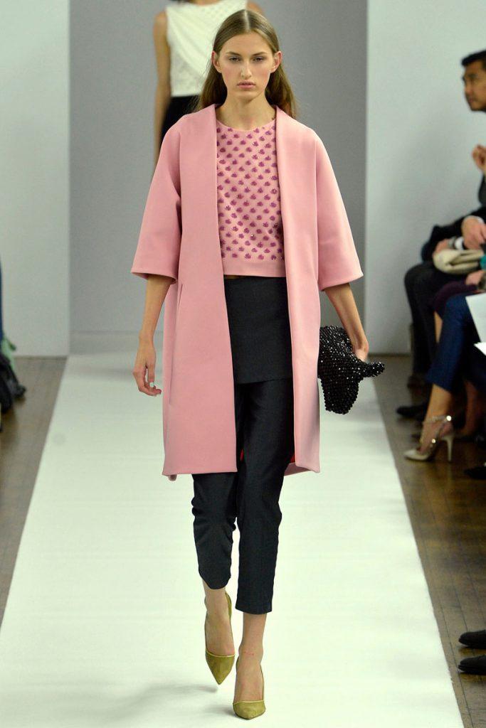 Весенний женский образ с розовым пальто