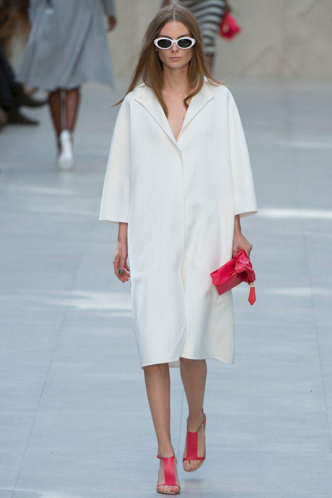 Весенний женский образ с белым пальто оверсайз