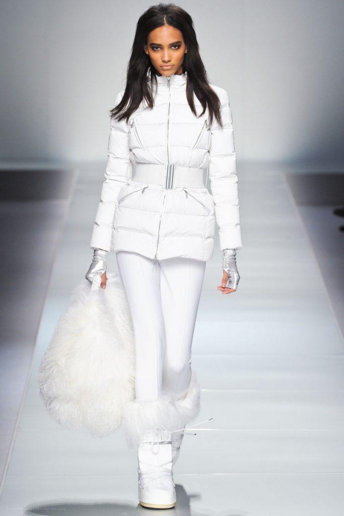 Зимний женский образ с белой курткой