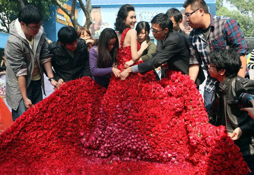 Красное платье из роз
