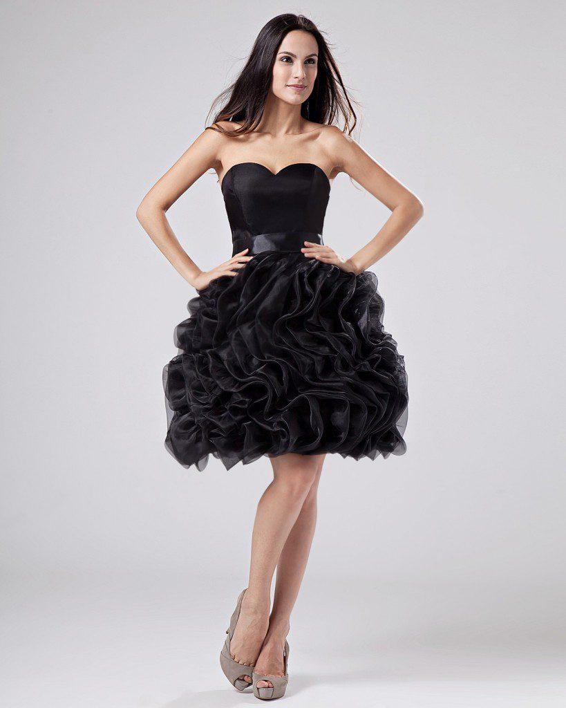 Серые босоножки с черным платьем