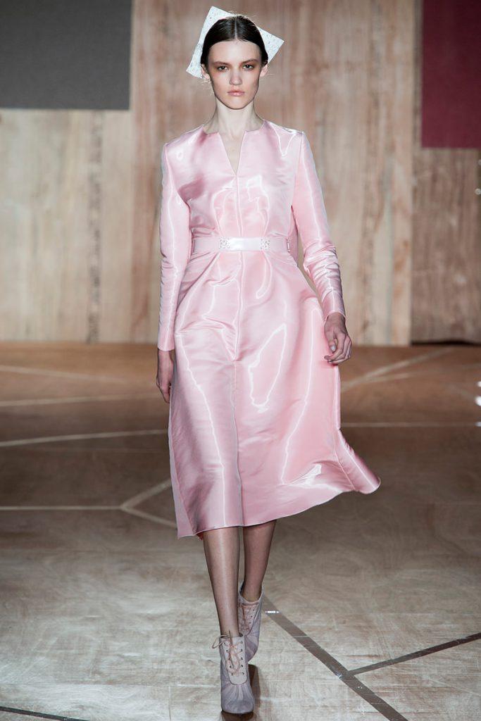 Серые босоножки с розовым платьем