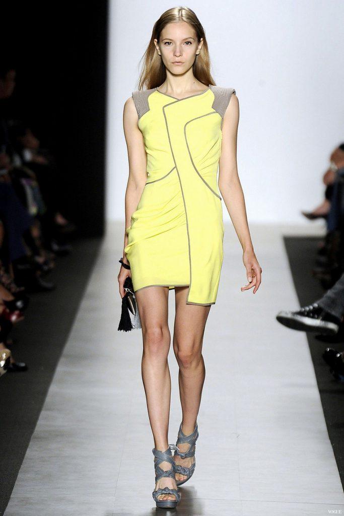 Серые босоножки с желтым платьем