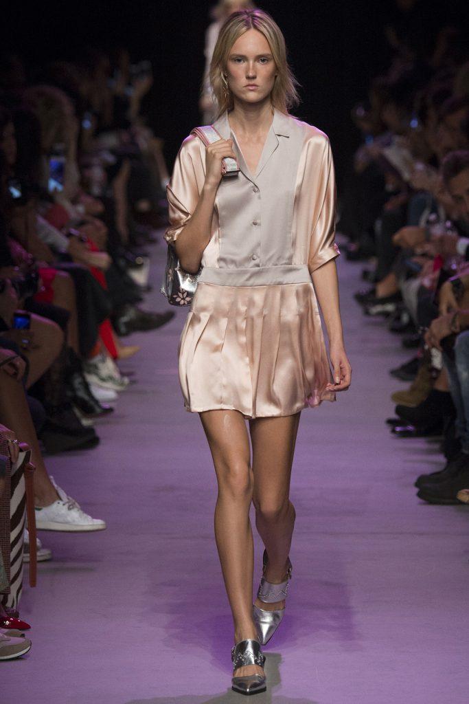 Серые босоножки с атласным платьем