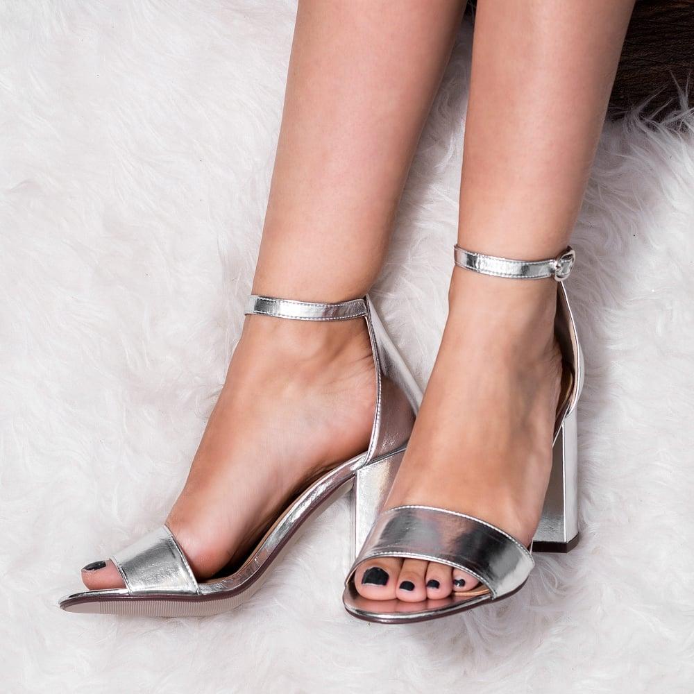 Лаковые босоножки на каблуке