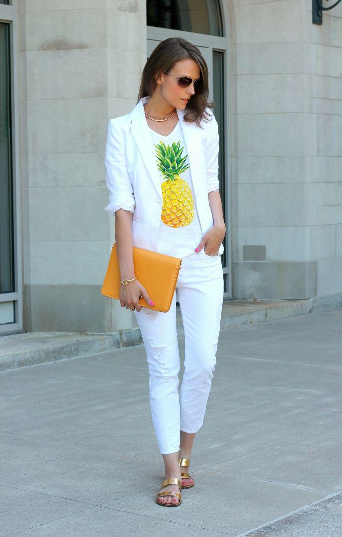 Белая одежда, очки, яркая сумка и босоножки