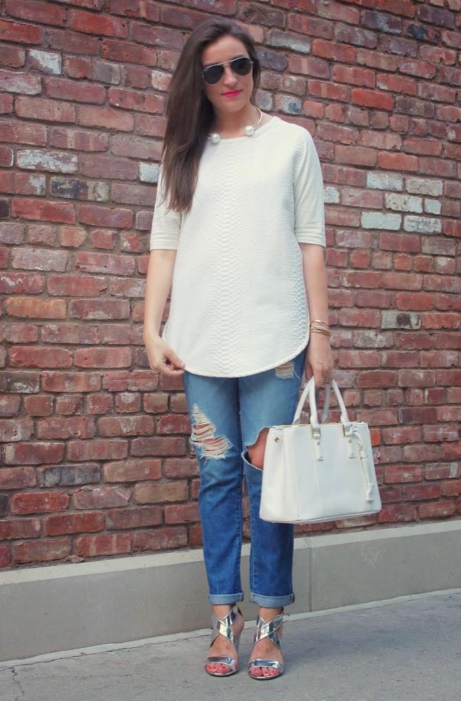 Повседневный образ с джинсами и босоножками
