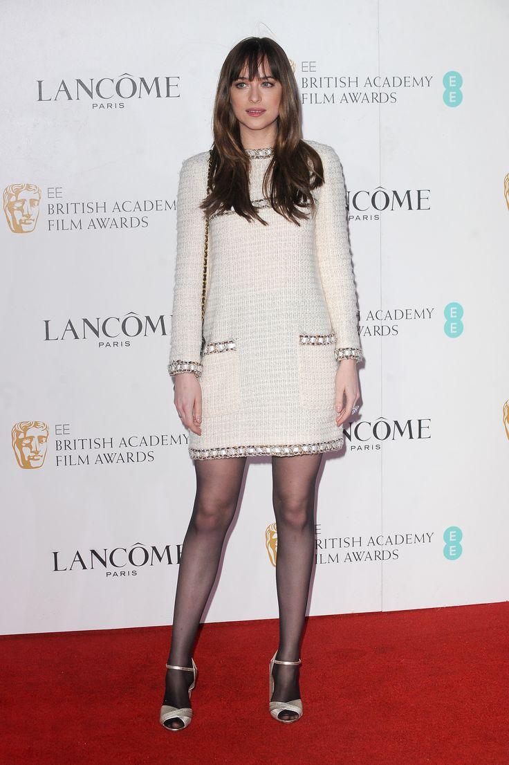 Серебряные босоножки и кремовое платье с длинным рукавом