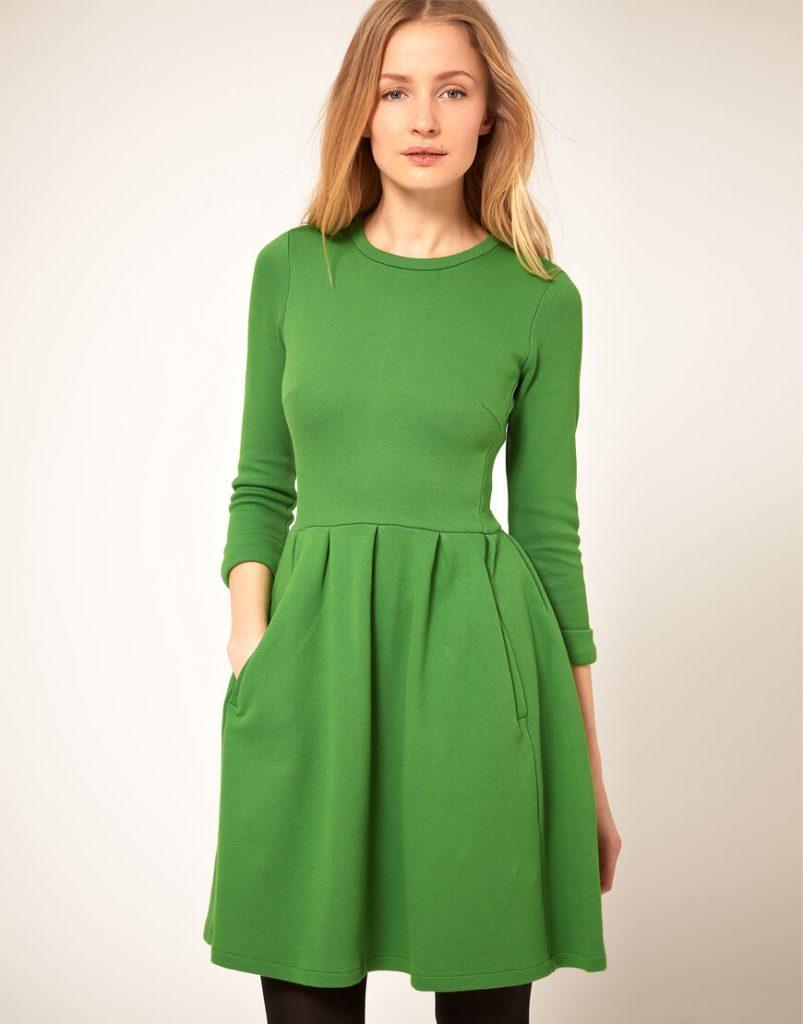 Яркое зеленое трикотажное платье