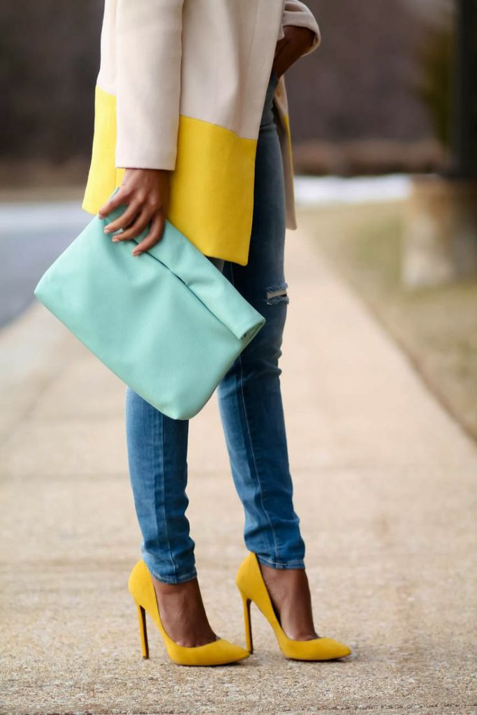 Желтые замшевые туфли с джинсами