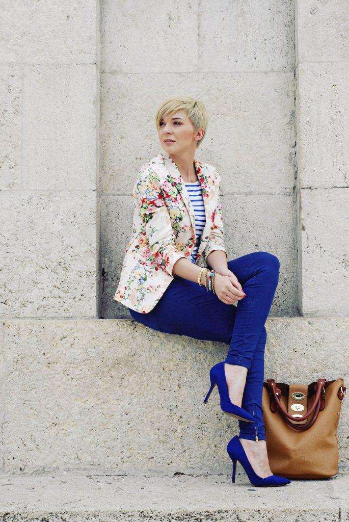 Синие замшевые туфли с синими брюками и жакетом в цветочек