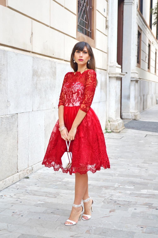 Белые босоножки на шпильке с красным платьем