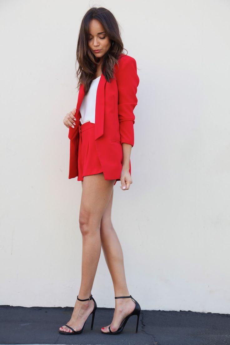 Черные босоножки на шпильке с красным костюмом