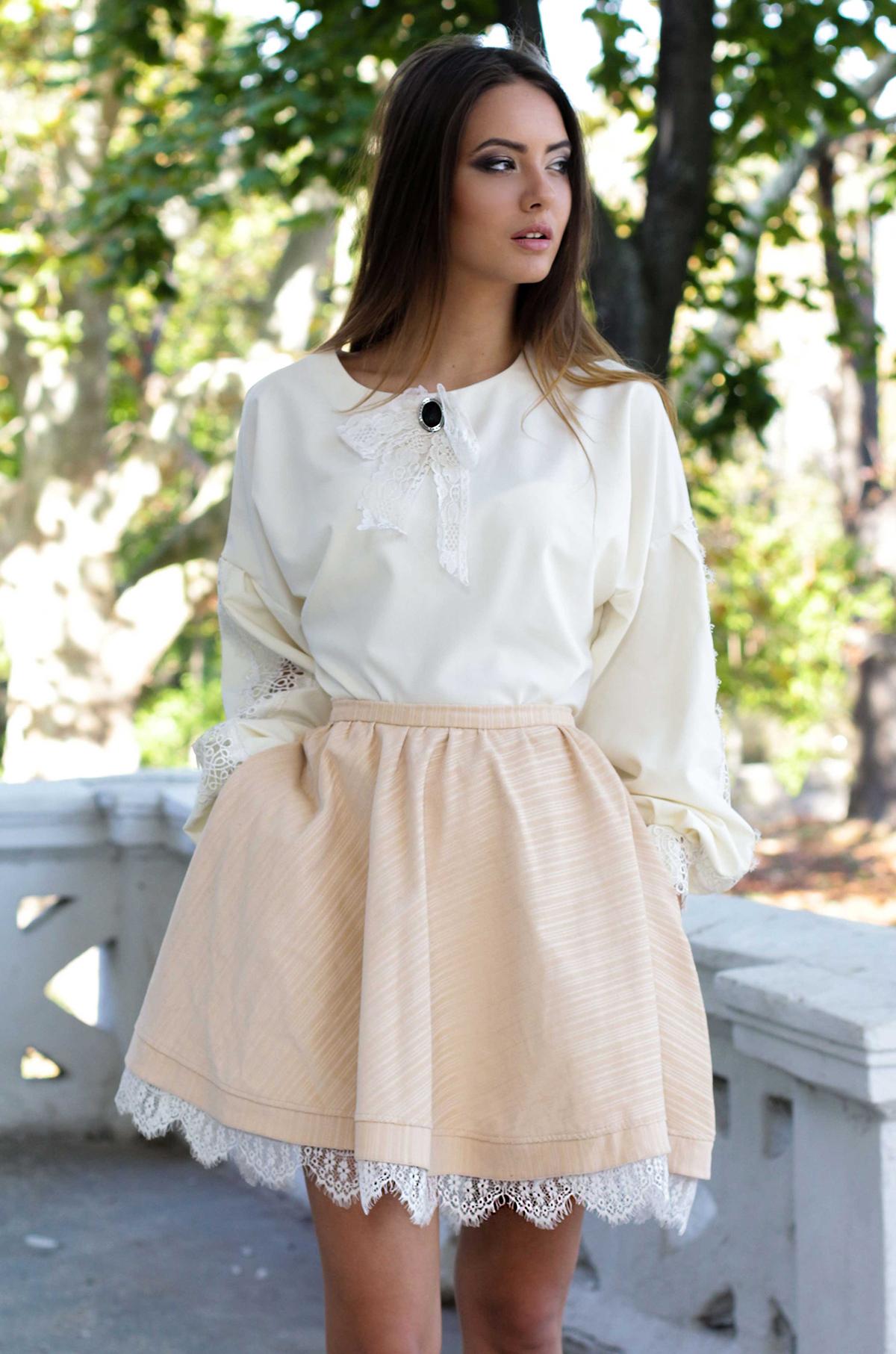 Украшение бежевой юбки тесьмой по низу