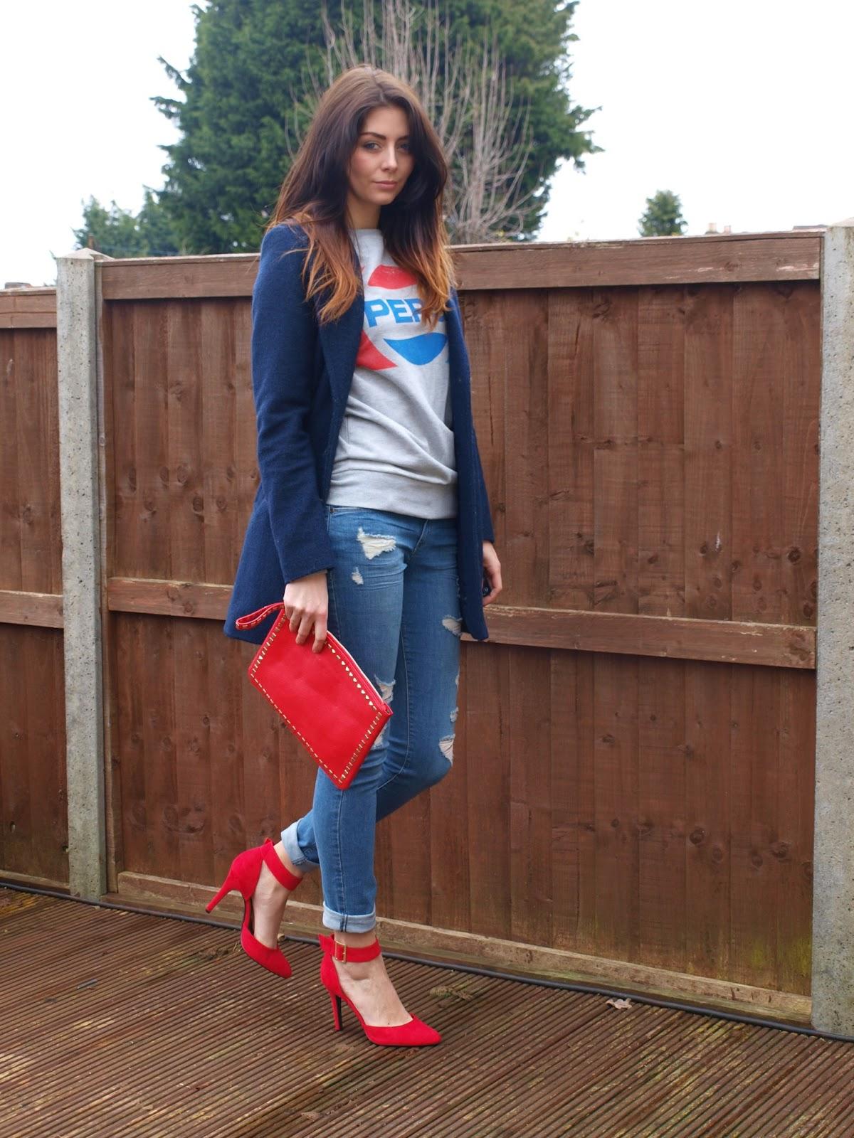 Красные босоножки с джинсами и синим жакетом