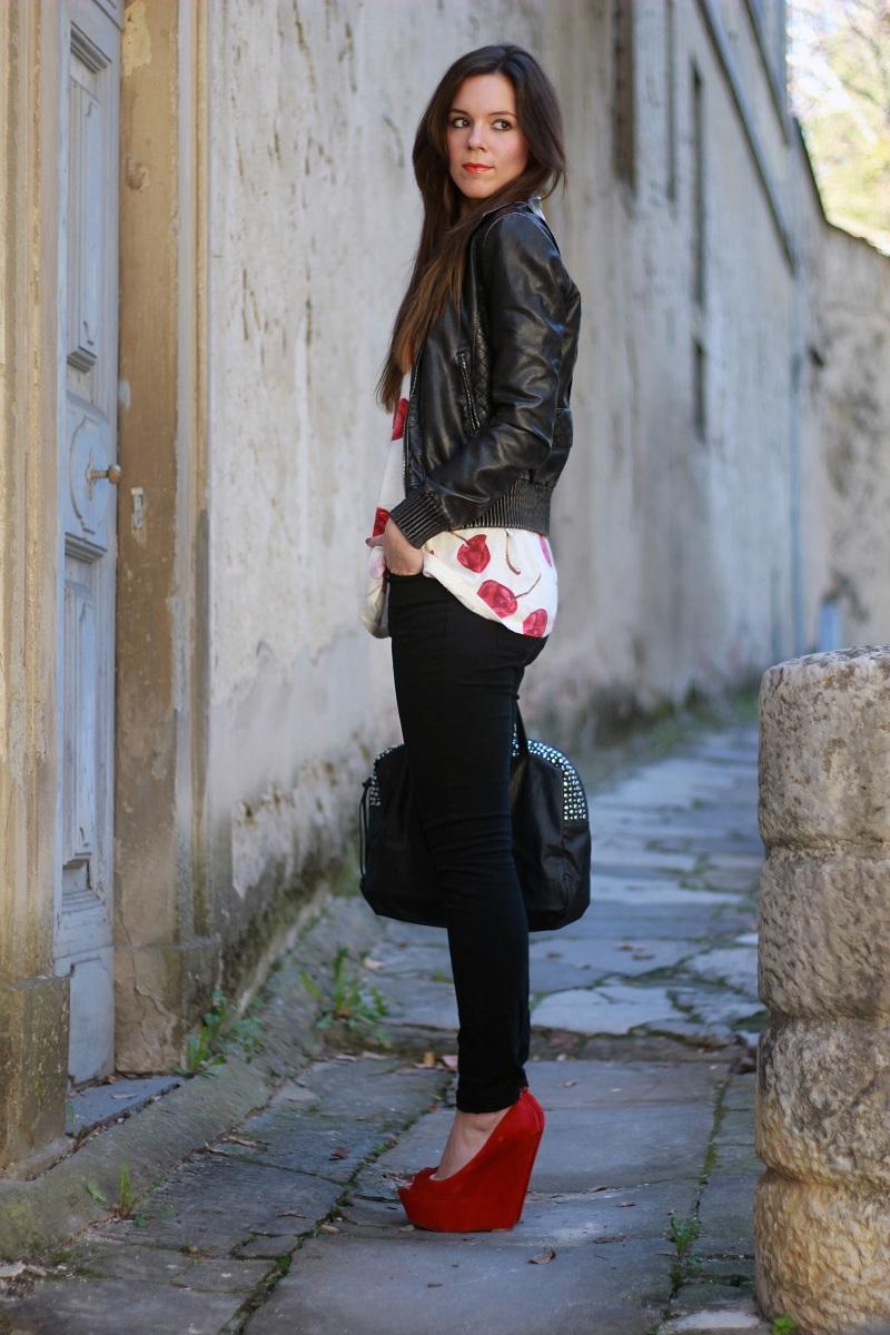 Красные босоножки на платформе с черными брюками и курткой