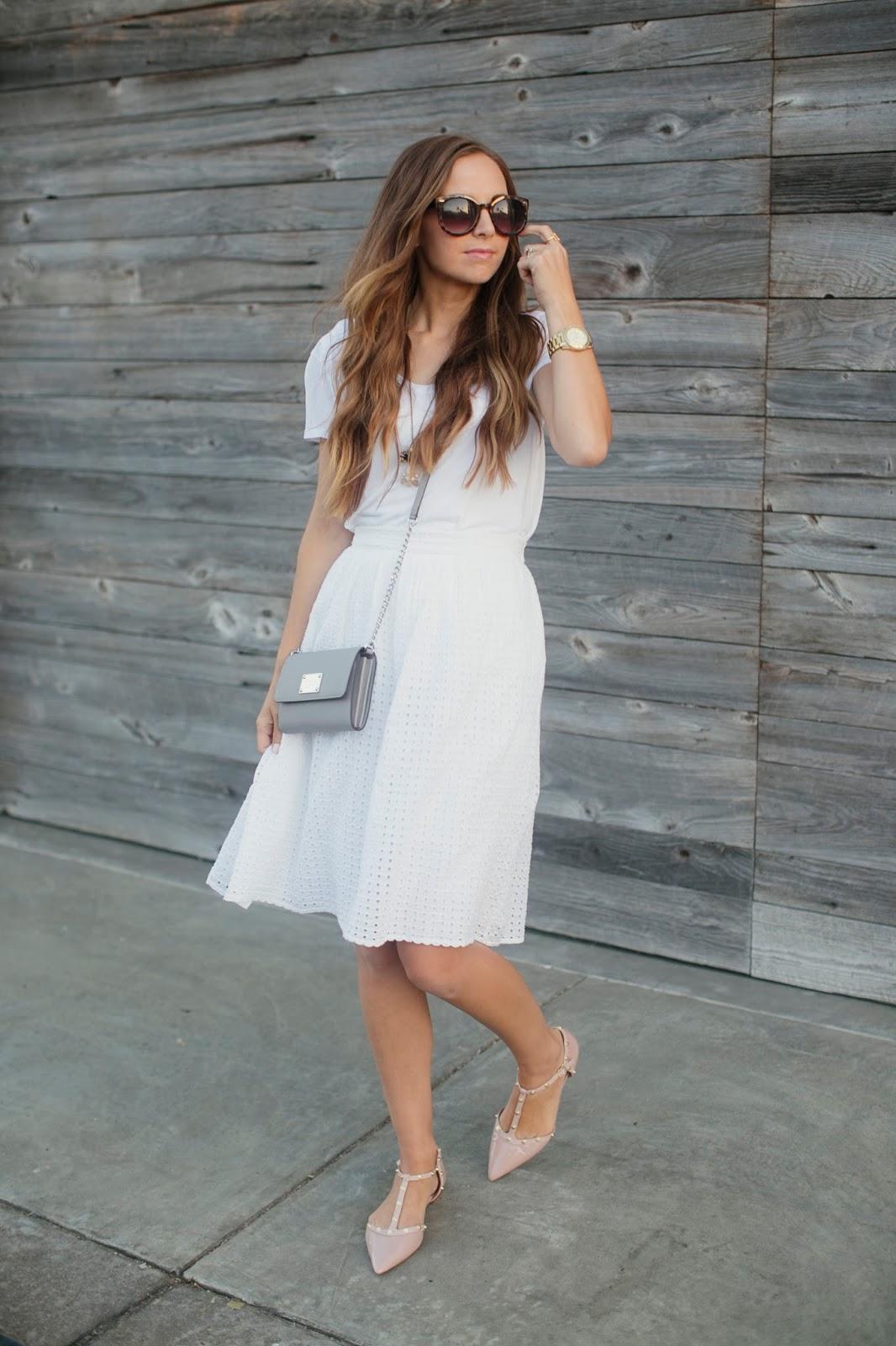 Белое платье и розовые босоножки на свидание