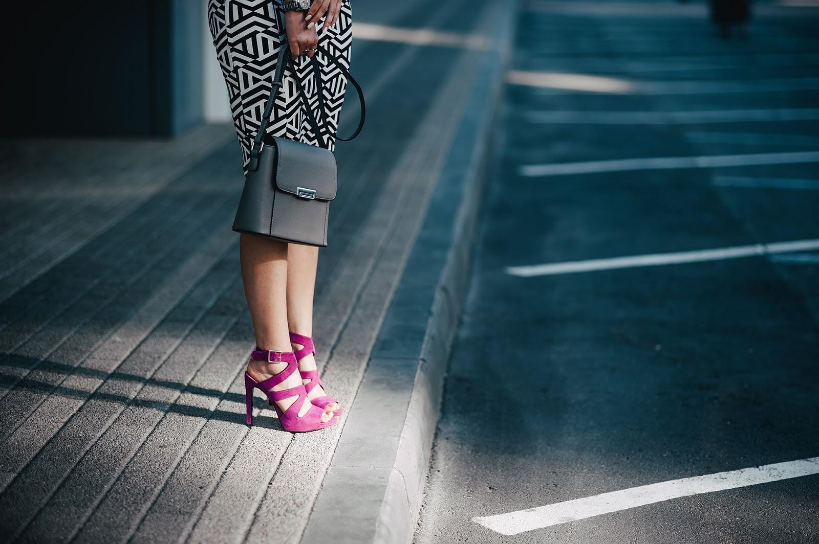 Розовые босоножки с черной сумкой
