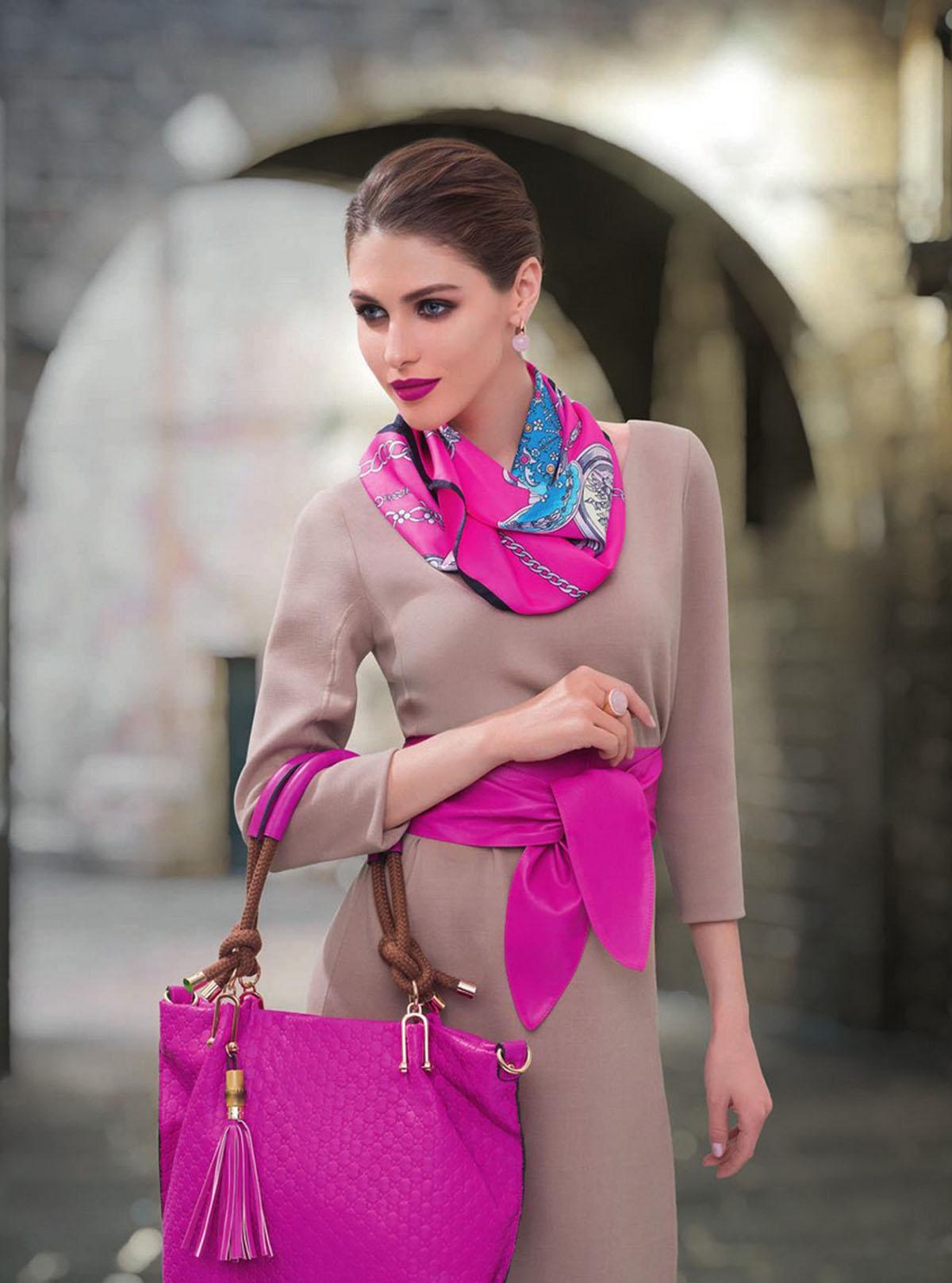 Широкий розовый ремень с кремовым платьем
