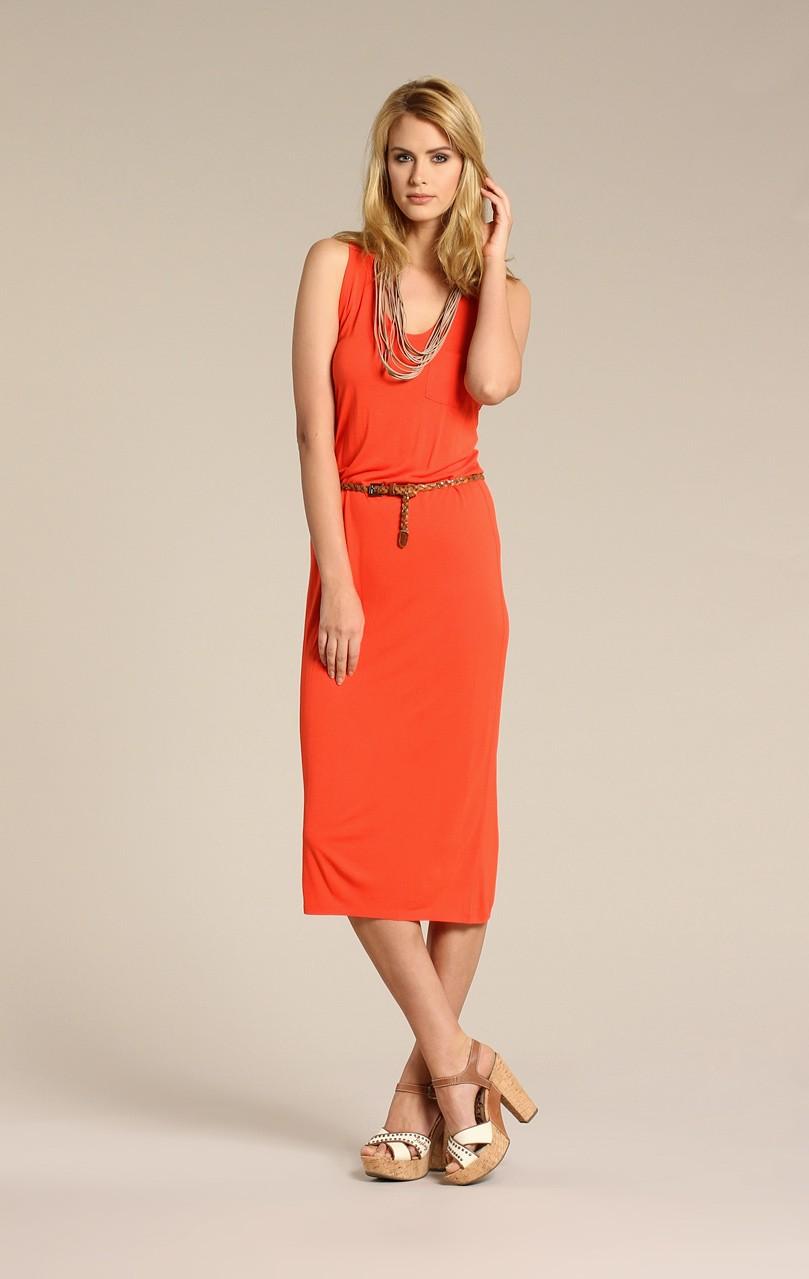 Узкий коричневый ремень с оранжевым платьем