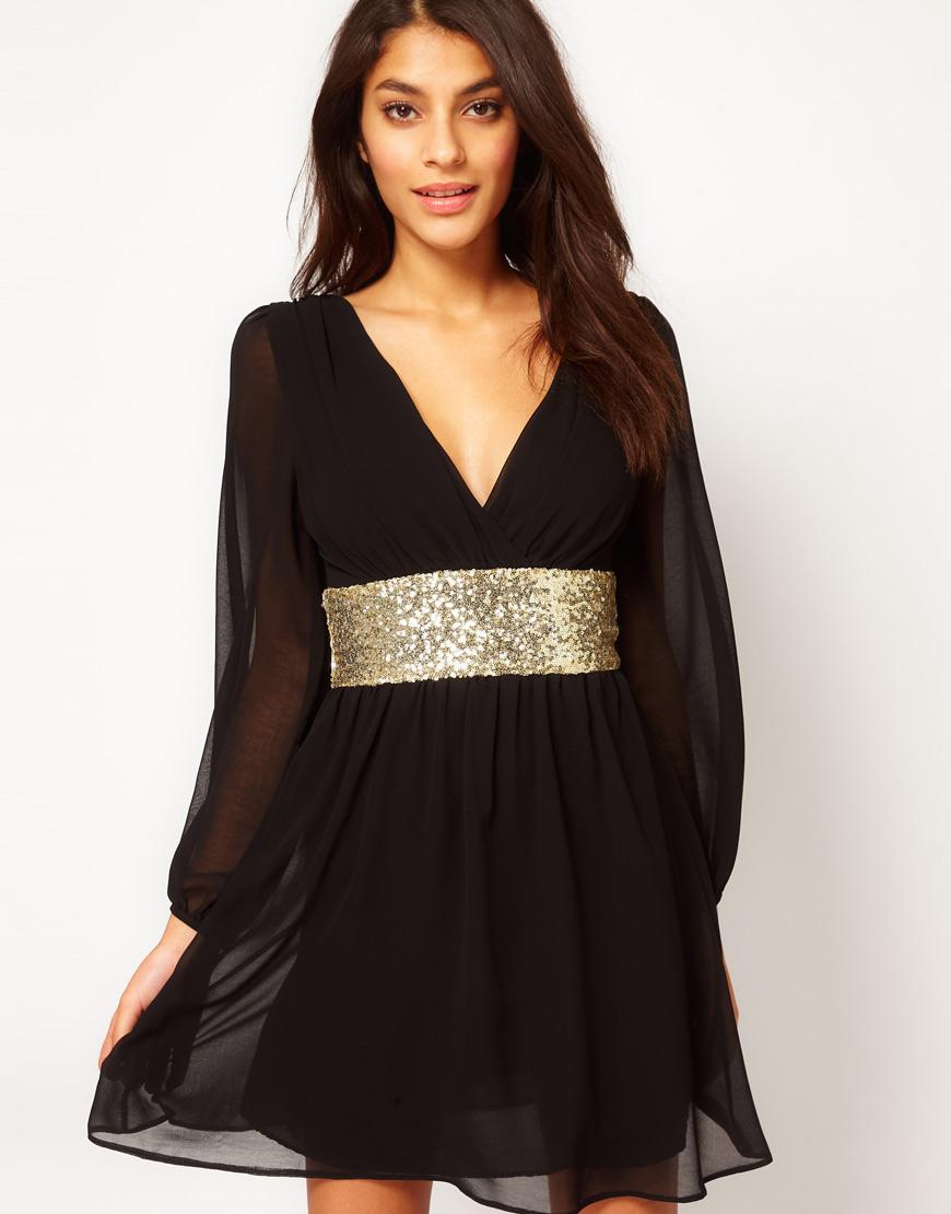 Черное платье с широким золотистым поясом