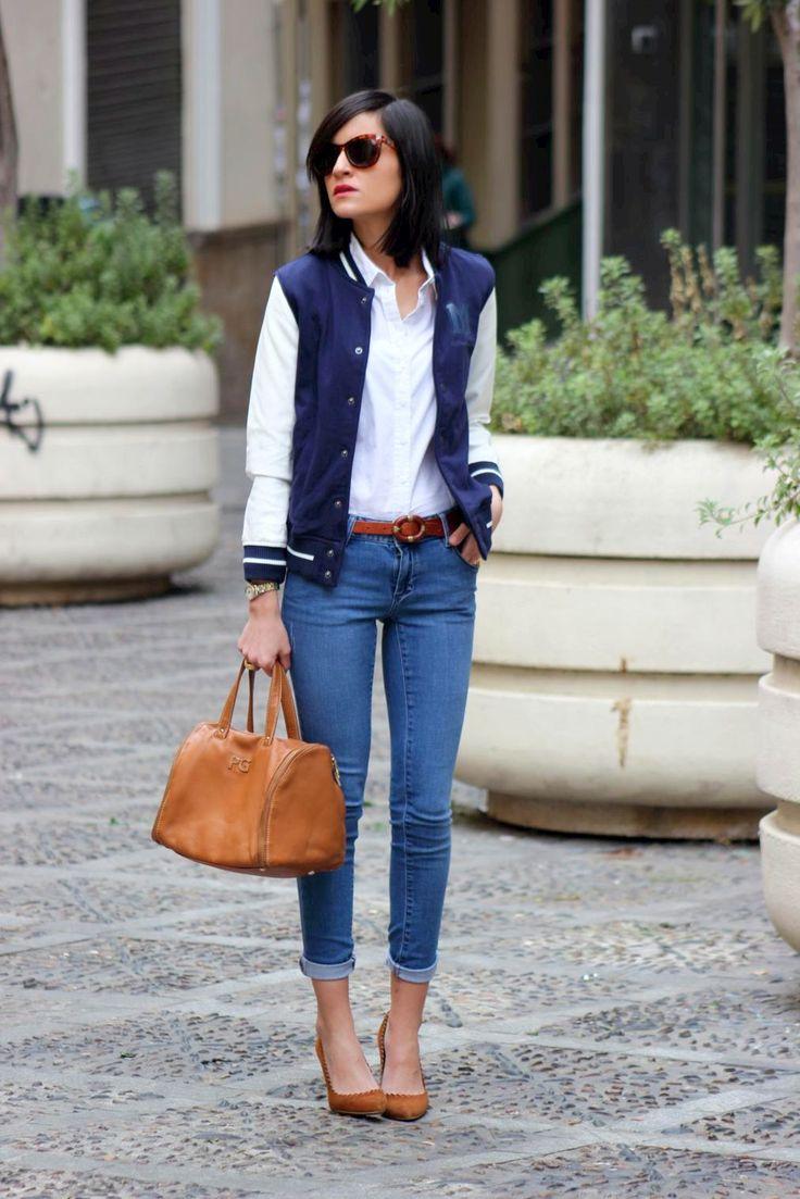 Сине-белый бомбер с джинсами