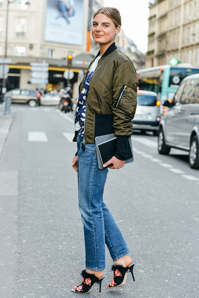 Бомбер цвета хаки с джинсами
