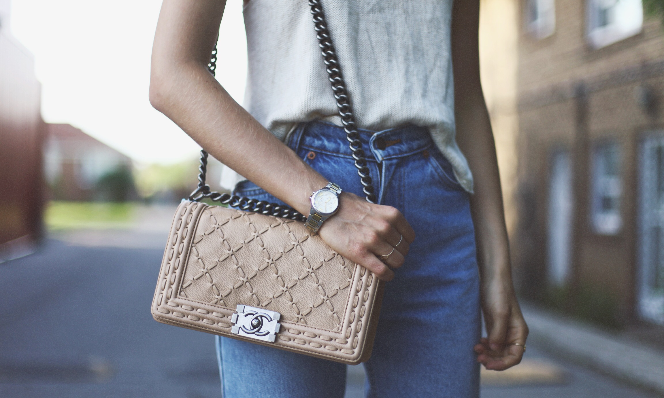 Бежевая сумка Chanel Boy