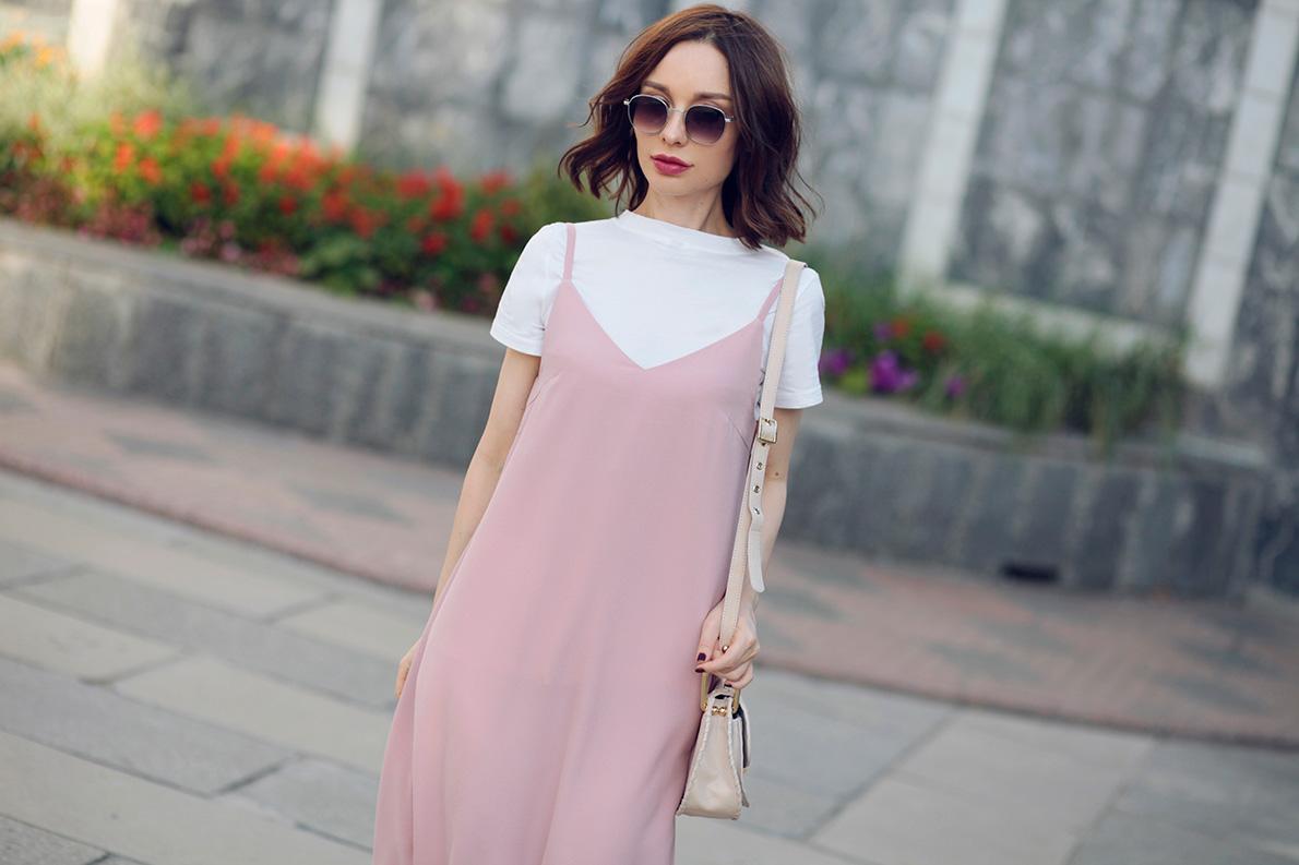 Платье-комбинация в сочетании с футболкой