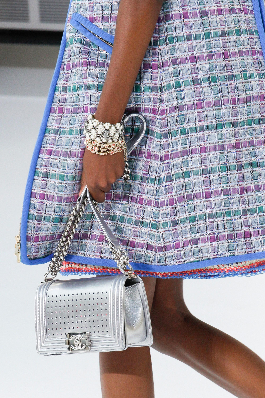 Серебряная сумка Chanel Boy