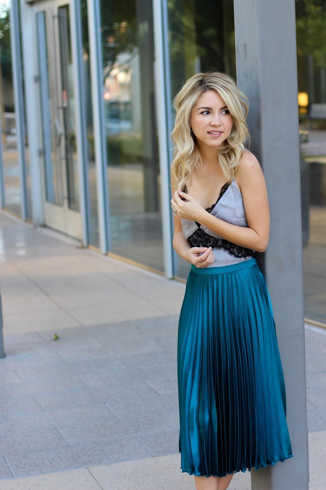Голубая атласная юбка