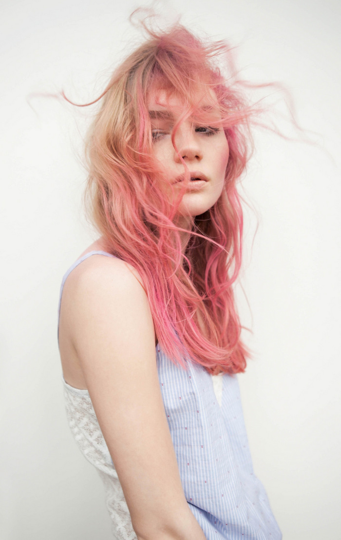 Розовый блонд на кудрявые волосы
