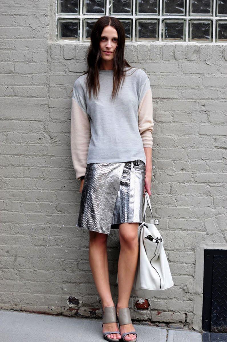 Модная асимметричная юбка из металлизированной кожи