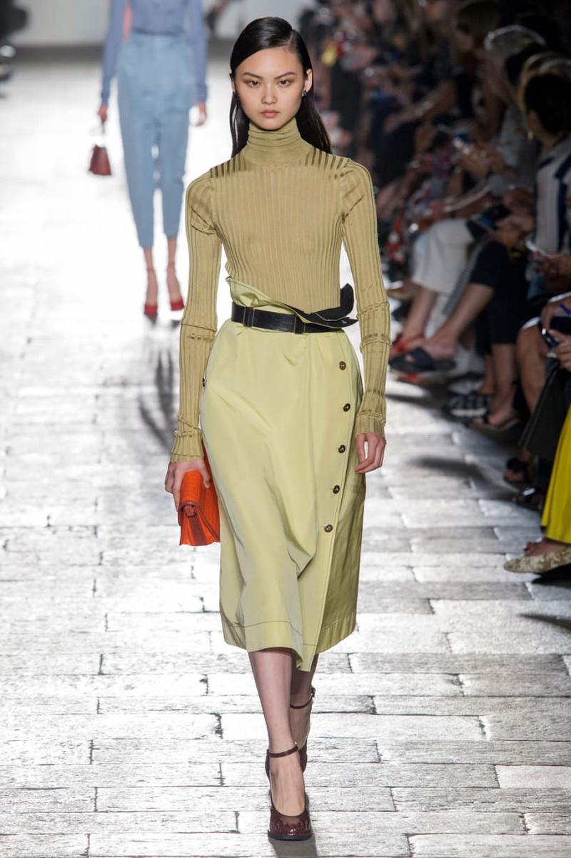 Модная атласная юбка миди