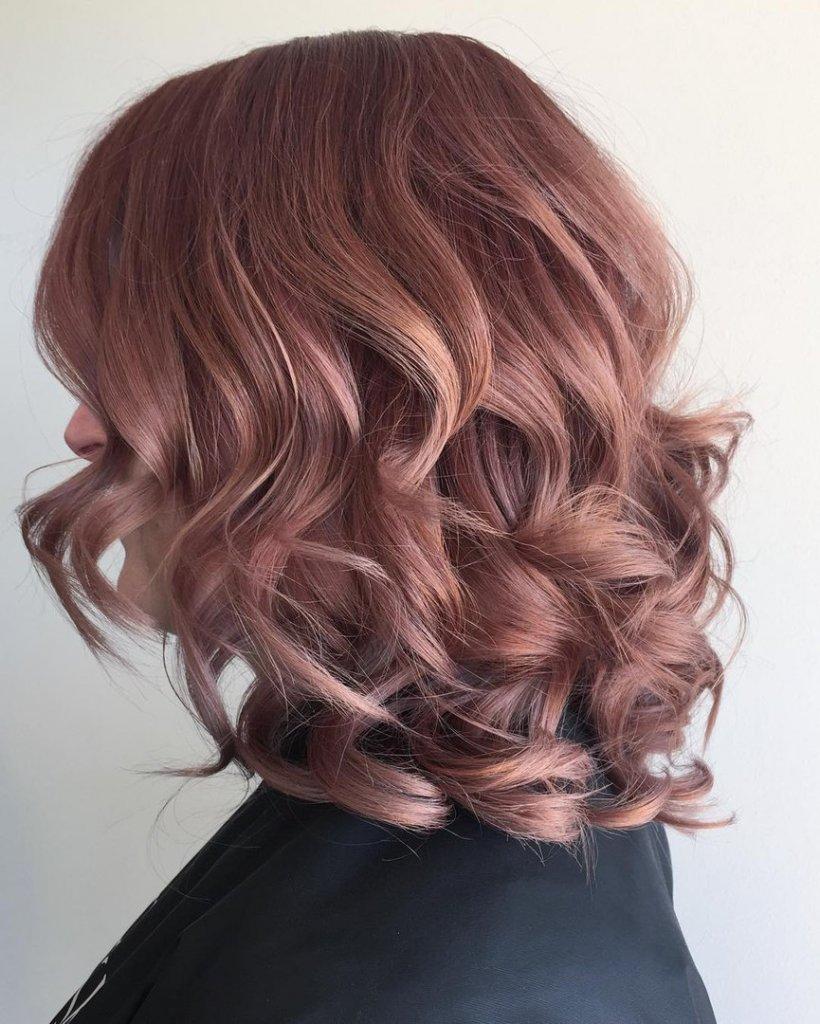 Отблеск розового блонда на волосах