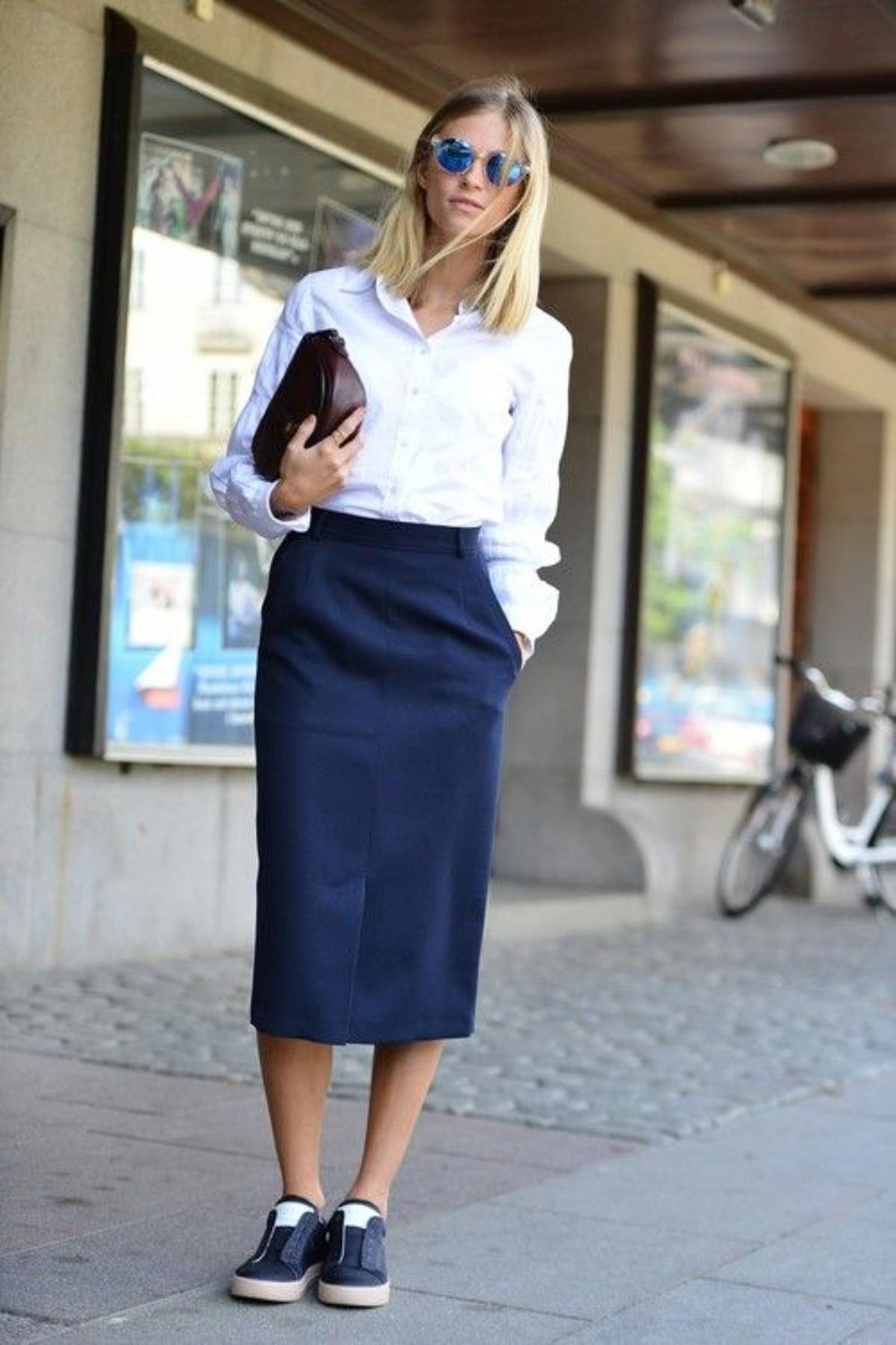 Синяя юбка-карандаш в повседневном образе