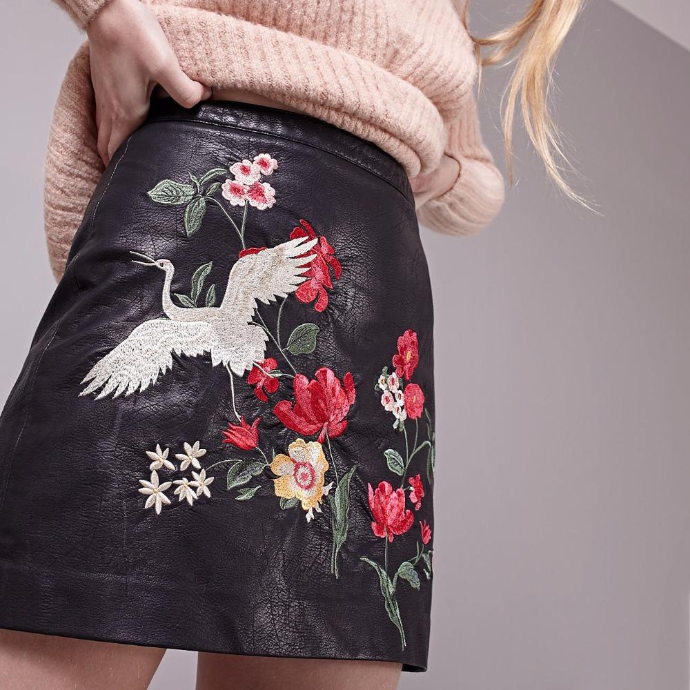 Модная юбка из экокожи с вышивкой
