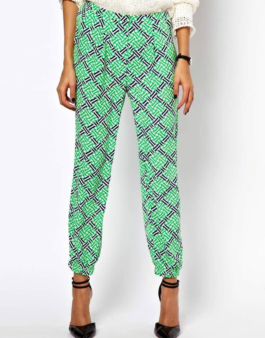 Зеленые брюки с принтом